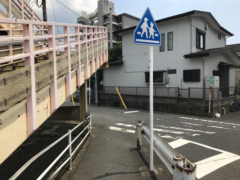 ⑦そのまま歩道橋の先に進んでいきます。
