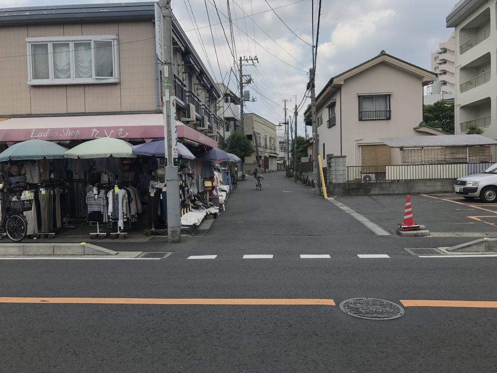 ⑤左手に商店があるのでその道へ左に曲がります。